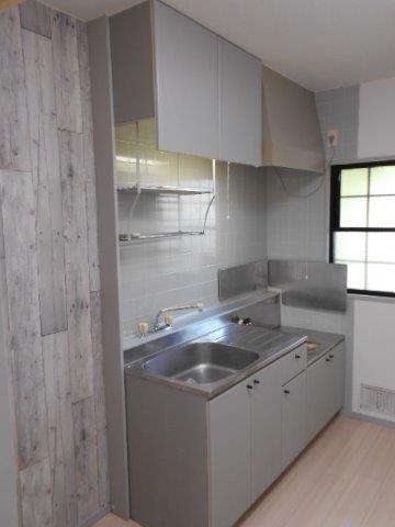 壁紙の張り替えと吊戸棚の設置で明るさと収納性がアップしたキッチン|神奈川県川崎市多摩区のKアパートにてキッチンリフォーム施工後