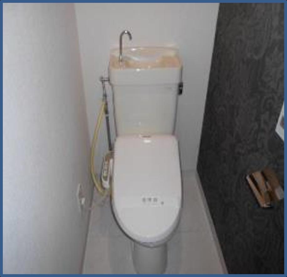 トイレの壁紙クロス張り替えと便器交換|相模原市南区のマンションにて水廻りリフォーム施工後